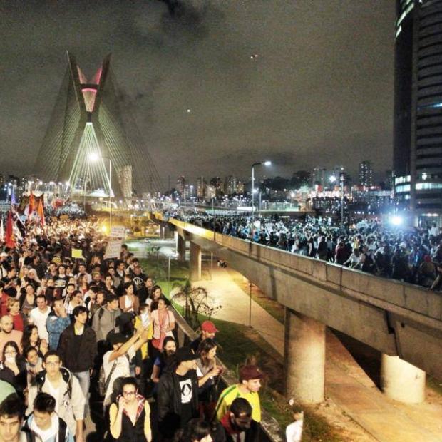 Ponte estaiada (em São Paulo) tomada pelas manifestações do dia 17 de junho. Crédito da imagem: Mídia NINJA